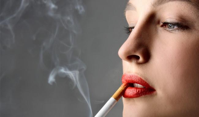 Thói quen hút thuốc lá của nhiều chị em gây ảnh hưởng đến độ bền của môi sau phun xăm